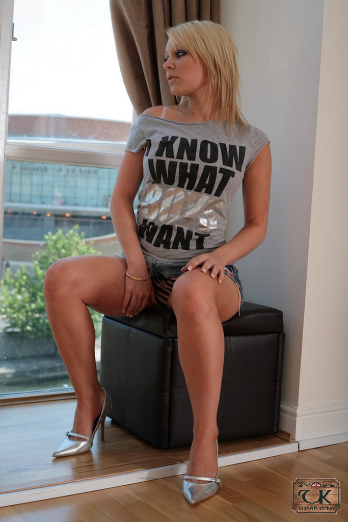 Amateur Teenager Amy Faye Bending Over To Expose Hairy Upskirt Cunt